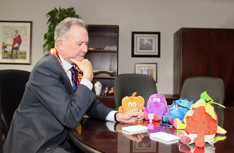 Healthy Kids Community Champion Mayor Kevin Davis meets with mascots from Healthy Kids Brantford-Brant to discuss this year's upcoming programming.